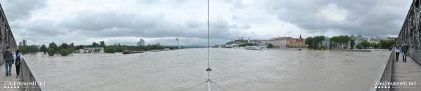 Panoramatická fotografia Bratislavy a Dunaja záplavy 2013