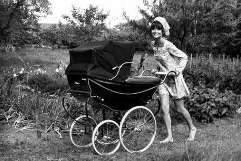 """""""Toto miesto sa stalo jej skutočným domovom. Audrey kočíkuje svojho mladšieho syna Luca.""""  Photo © Henry Clarke/Vogue"""