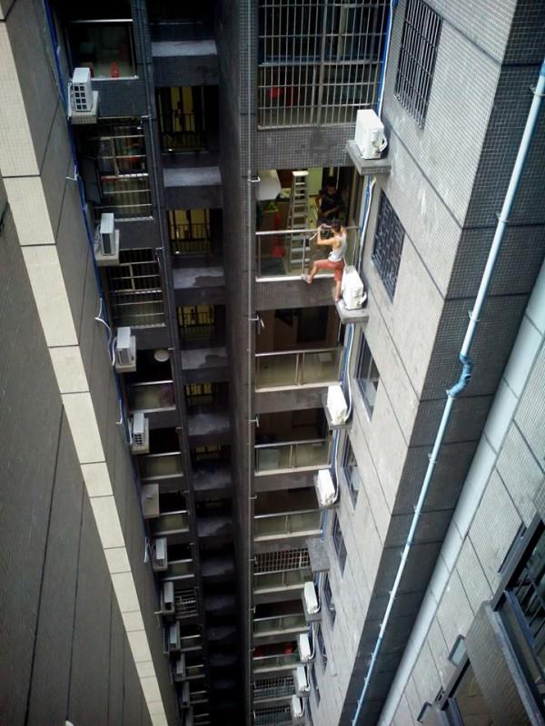 40. poschodie paneláku  v hlavnej úlohe čínsky Spide-Man, samozrejme, bez istenia.
