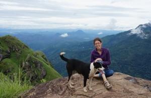 Zuzka s pouličným parťákom na vrchole Little Adam´s Peak v Ella.