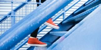 chodza po schodoch