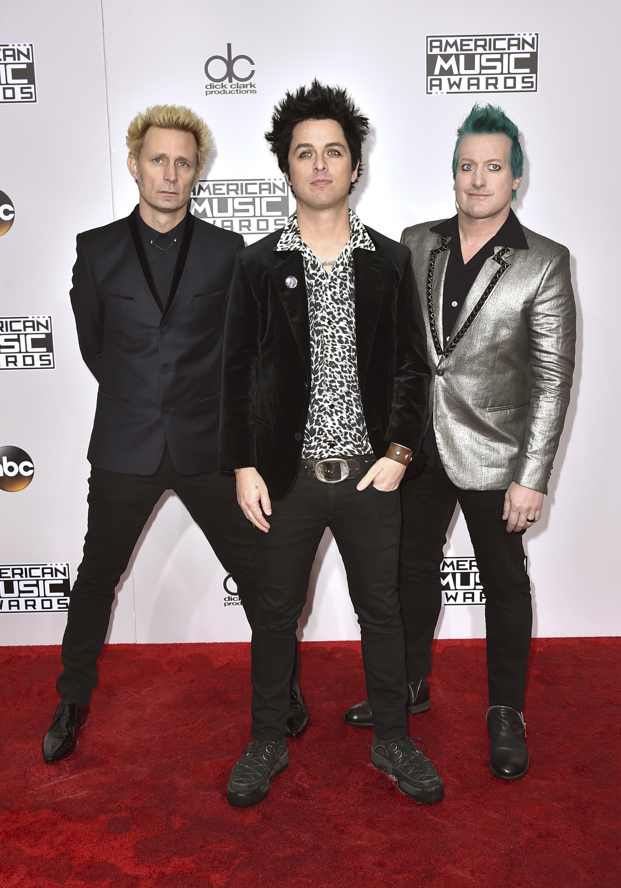 KK51 Los Angeles - Èlenovia skupiny Green Day Mike Dirnt (v¾avo), Billie Joe Armstrong (uprostred) a Tre Cool prichádzajú na ude¾ovanie Amerických hudobných cien 2016 v Los Angeles 20. novembra 2016. FOTO TASR/AP Mike Dirnt, from left, Billie Joe Armstrong, and Tre Cool, of Green Day, arrive at the American Music Awards at the Microsoft Theater on Sunday, Nov. 20, 2016, in Los Angeles. (Photo by Jordan Strauss/Invision/AP)
