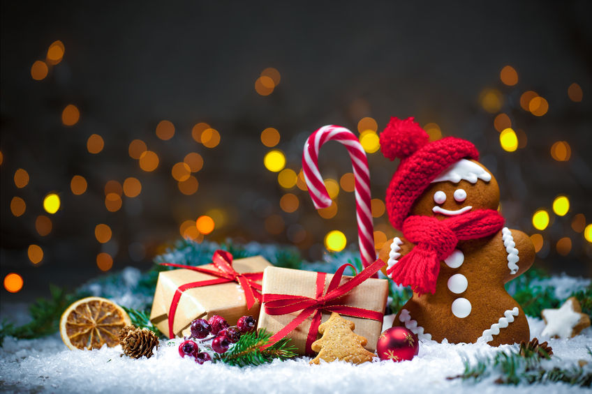 48523723 - gingerbread man with christmas presents in snow
