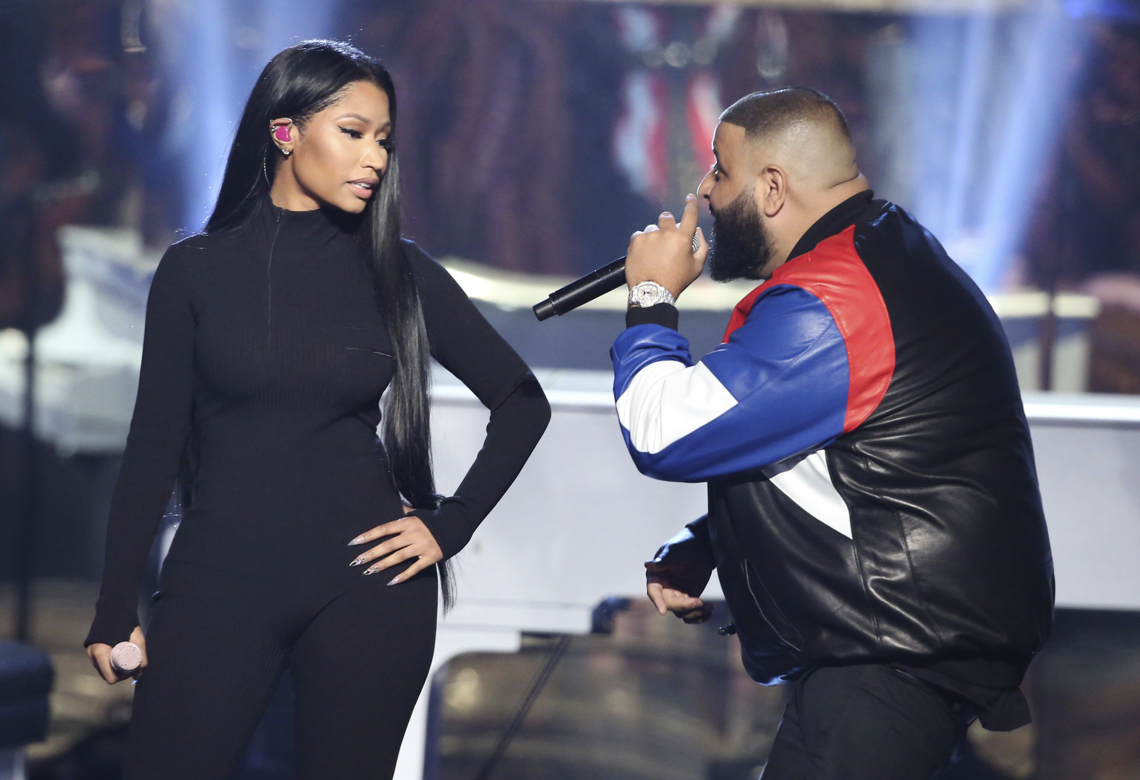 "KK17 Los Angeles - Nicki Ninaj (v¾avo) DJ Khaled vystupujú s piesòou Do you Mind na odovzdávaní Amerických hudobných cien 2016 v Los Angeles 20. novembra 2016. FOTO TASR/AP Nicki Minaj, left, and DJ Khaled perform ""Do You Mind"" at the American Music Awards at the Microsoft Theater on Sunday, Nov. 20, 2016, in Los Angeles. (Photo by Matt Sayles/Invision/AP)"
