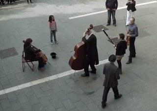 Banka a hudba na námestí