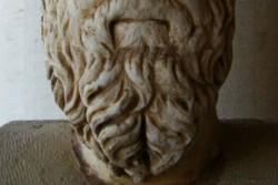 Brada antickej sochy