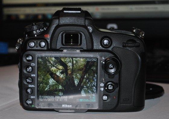 D600 Nikon telo vzadu