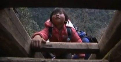Deti v Číne musia prekonať rebríky cestou do školy