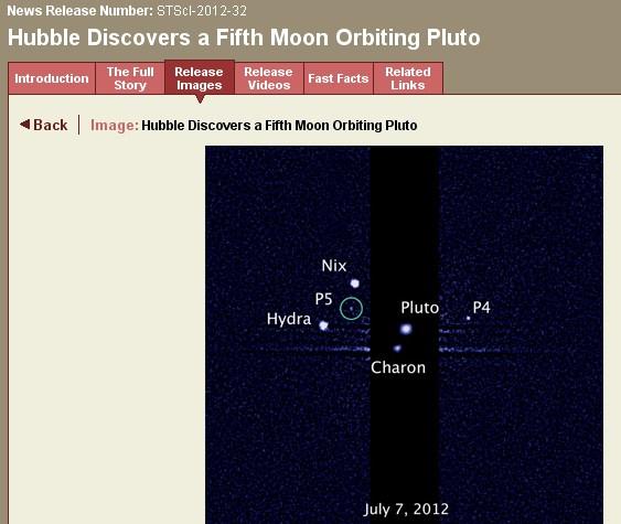 Snímka Hubblovho teleskopu, dva mesiace Pluta P4 a P5