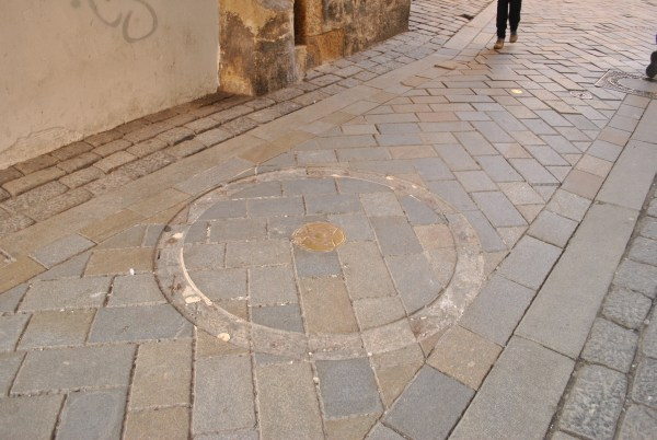 Kilometrovník pod Michalskou bránou chýba