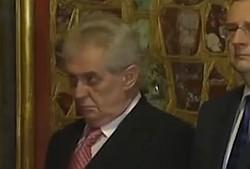 Miloš Zeman vraj opitý pri korunovačných klenotoch