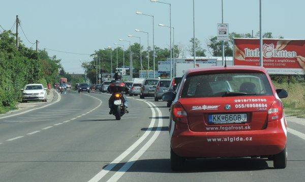 motorka a dve plné čiary - doprava