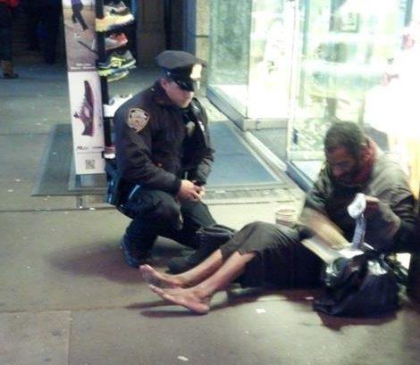 New York policajt a topánky bezdomovca